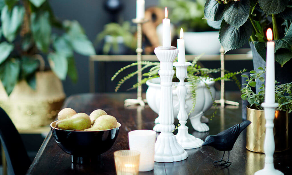 image of a table with a mixture of candlesticks.