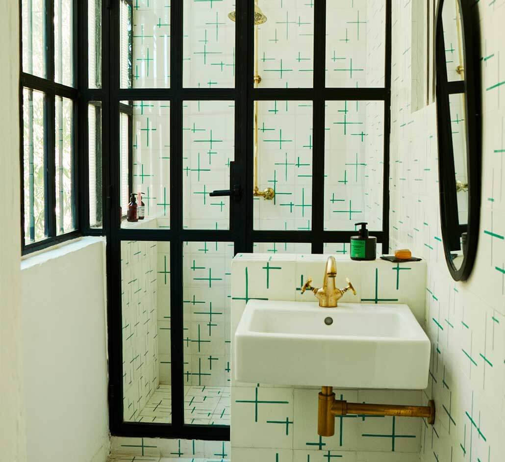 Monochrome shower room using tiles